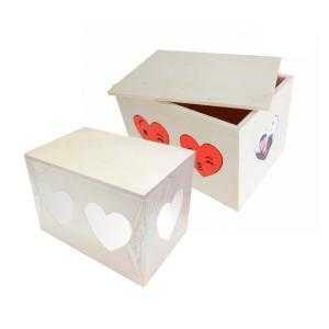 Boîtes en bois avec coeurs