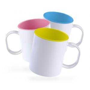 Tasses en plastique avec intérieur de couleur